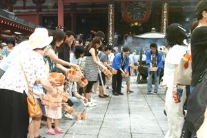 浅草寺での打ち水の様子(2007年)
